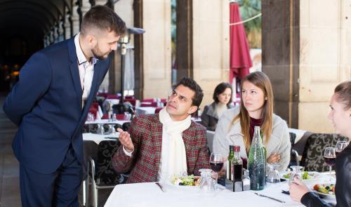 ärgerliche Gäste im Restaurant