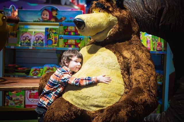 Kind mit Riesen-Teddybär