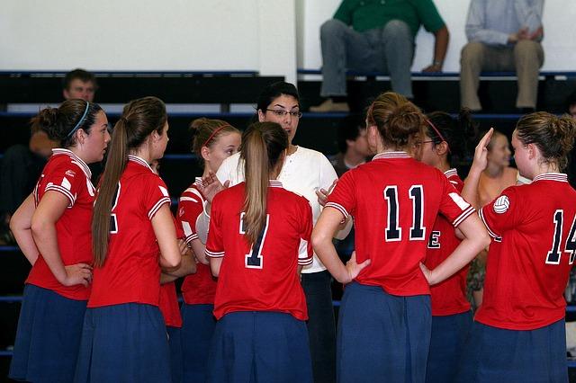 Trainerin mit Volleyballspielerinnen; in deinem Online Marketing Konzept solltest du Führung demonstrieren