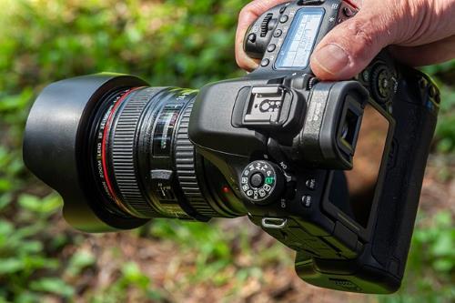 Einen Online Kurs erstellen kannst du oft auch ohne teure Technik wie diese DSLR Kamera